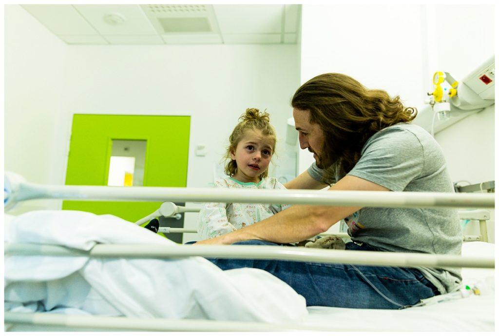audrey guyon, photographe spécialisée dans le handicap réalise un reportage photo à l'hôpital
