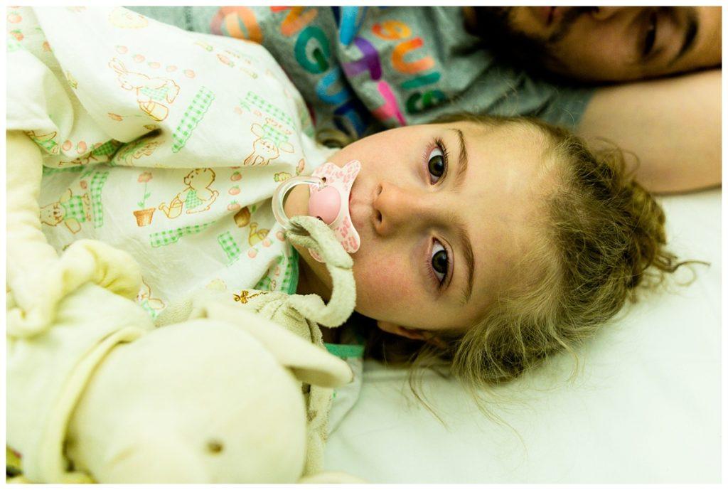 photographier le quotidien d'une petite fille atteinte du syndrome de rett, à l'hôpital de caen