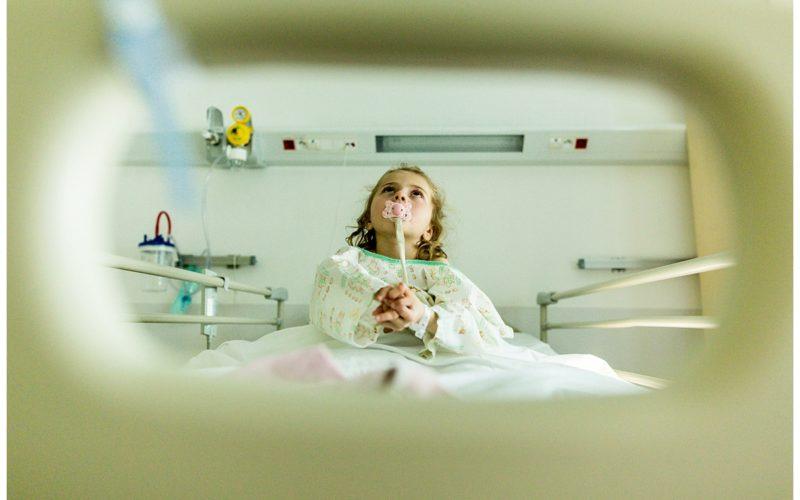 audrey guyon, photographe professionnelle en normandie, réalise un reportage photo à l'hôpital sur sa fille atteinte du syndrome de rett
