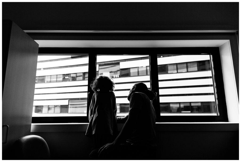audrey guyon, photographe professionnelle dans le calvados, photographie le quotidien de sa fille handicapée à l'hôpital