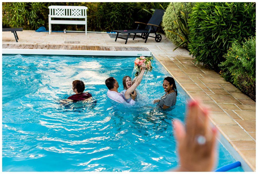 lance de bouquet dans une piscine