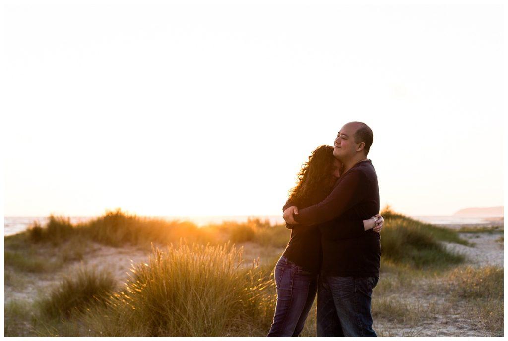 photos de couple dans la baie du mont saint michel à la golden hour, par audrey guyon photographe professionnelle en normandie