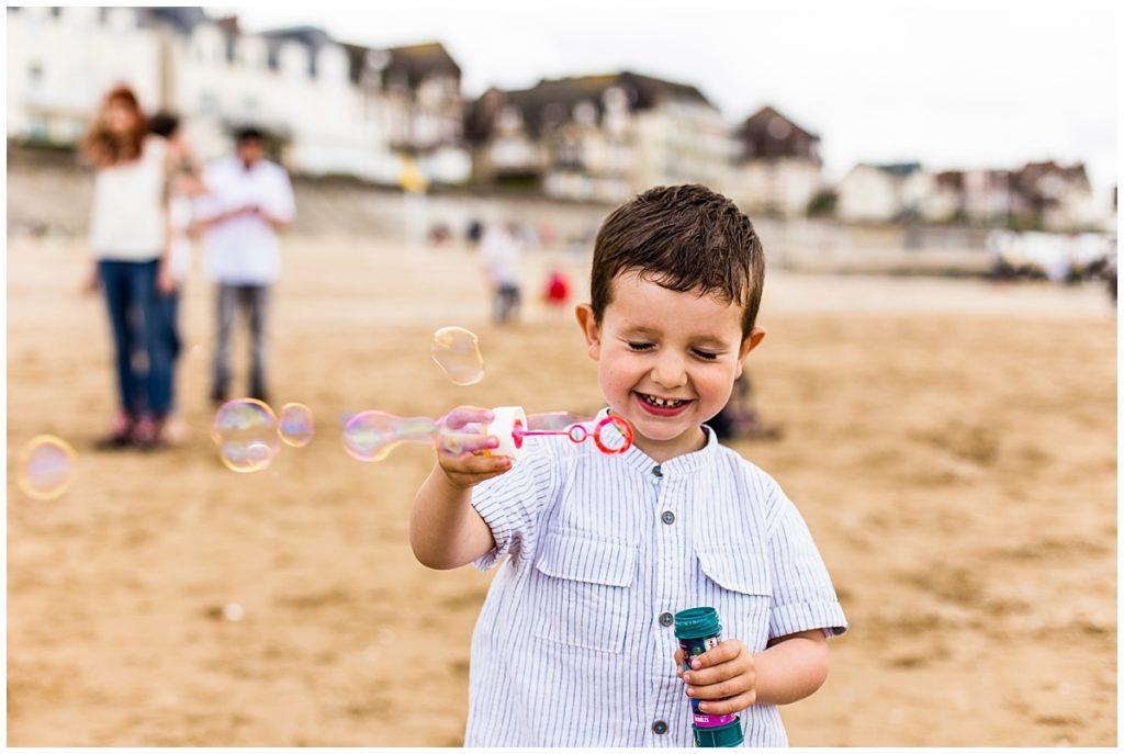 enfant qui fait des bulles
