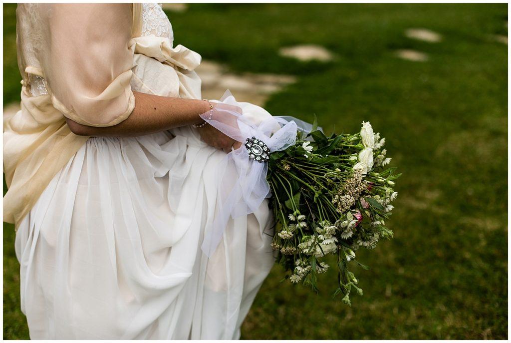 bouquet de mariee au champ delaunay. Photo par audrey guyon, photographe mariage calvados
