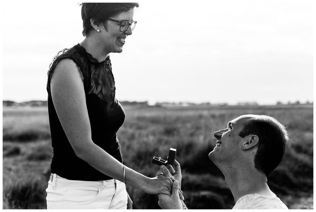 découvrez le reportage photo d'audrey guyon de la demande en mariage de julien dans la baie du mont saint michel
