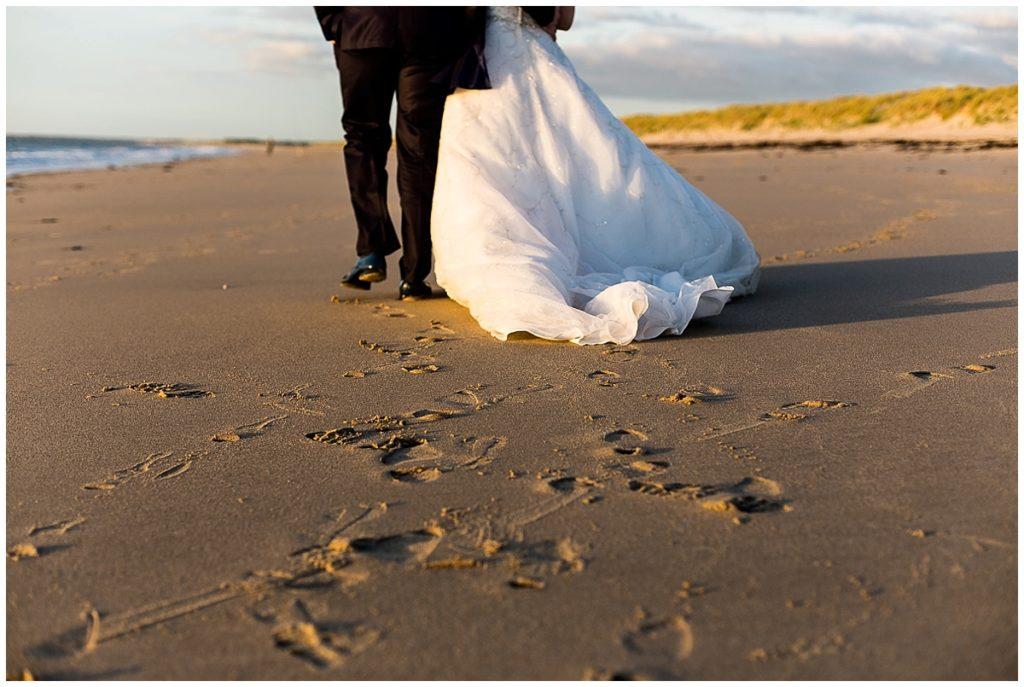 photos de mariés à la mer après le mariage
