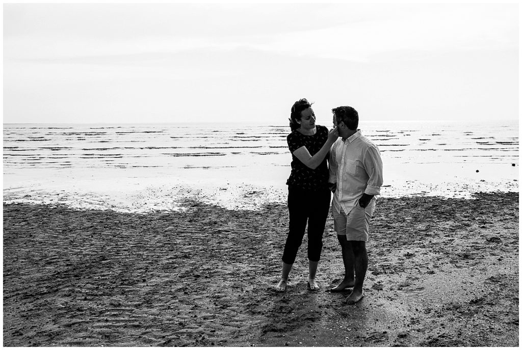 Photos de couple dans la baie du Mont Saint Michel, photographiées par audrey guyon