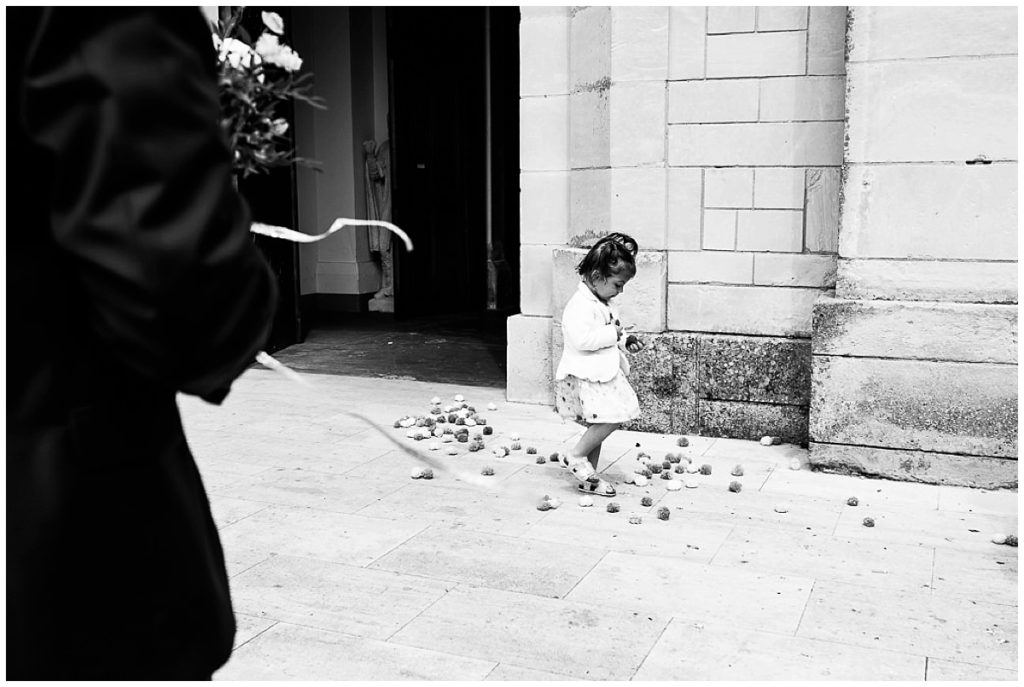 petite fille qui ramasse les pompons