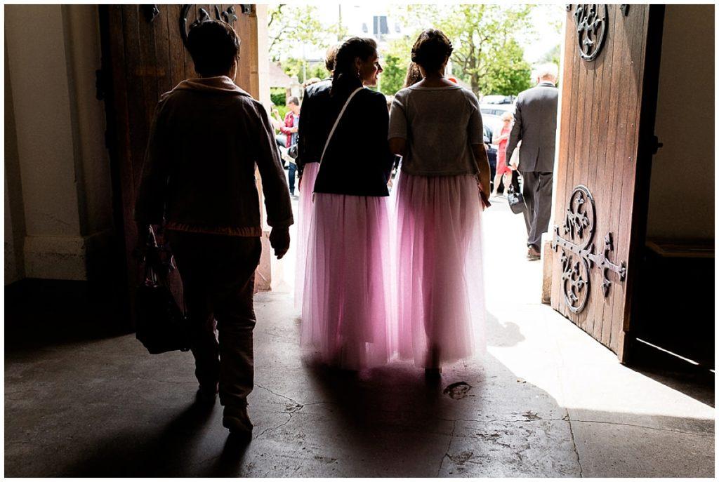 demoiselles d'honneur qui sortent de l'église