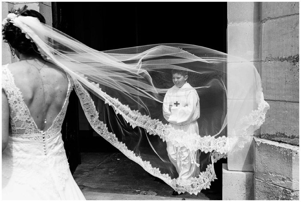 enfant de choeur dans le voile de la mariée