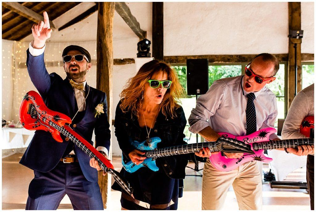marié et invités air guitar