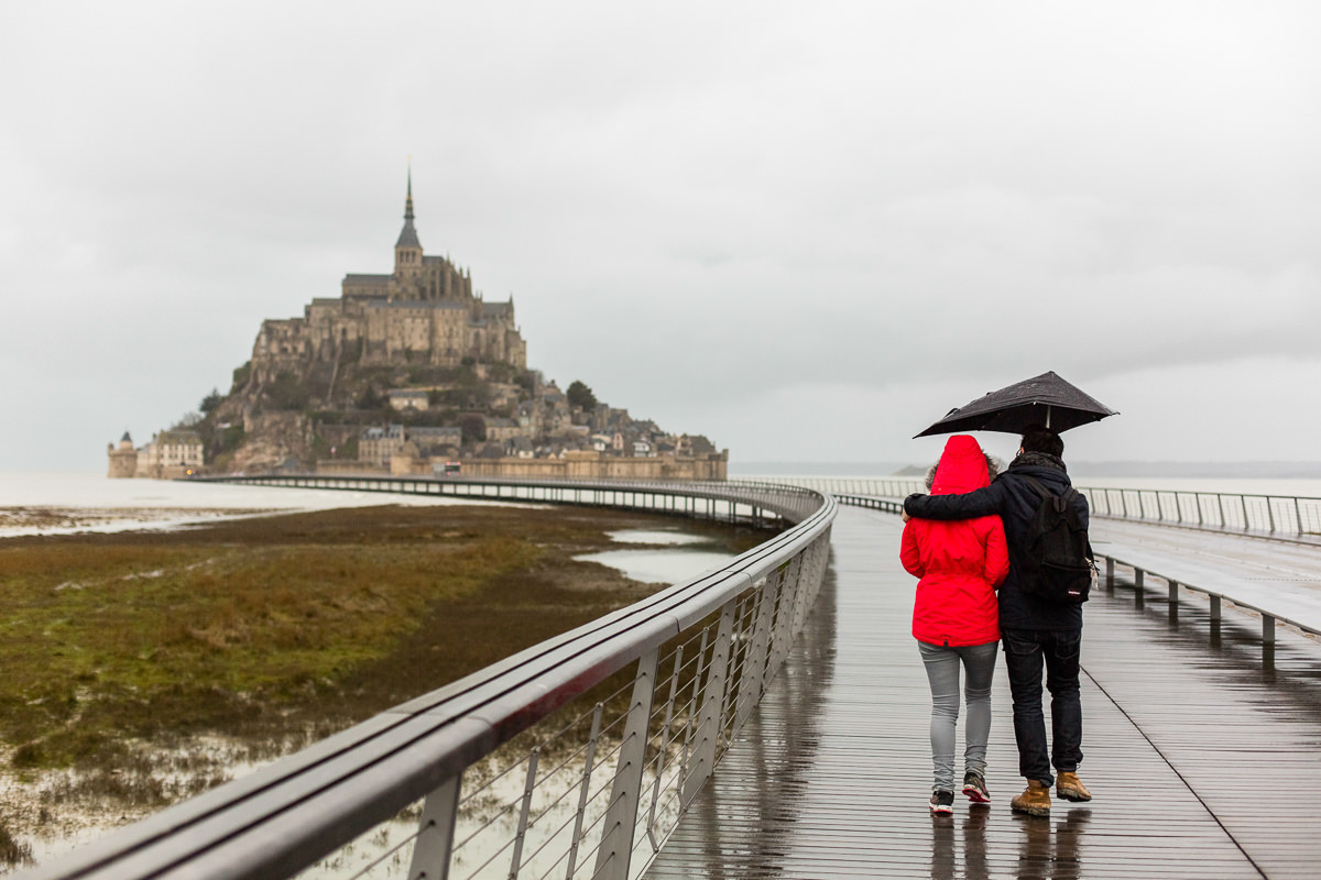 couple qui se promène au mont saint michel