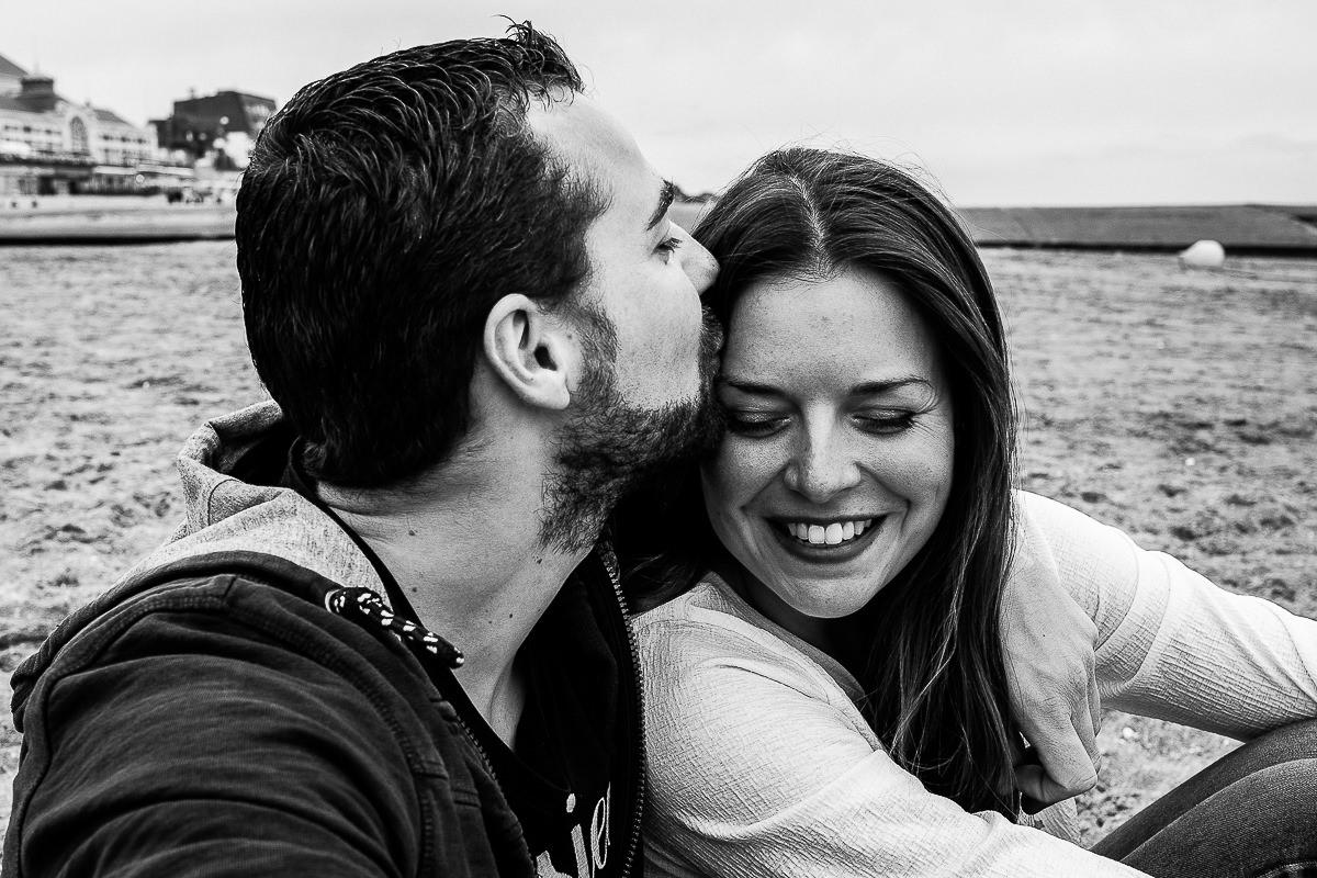 homme qui embrasse sa femme