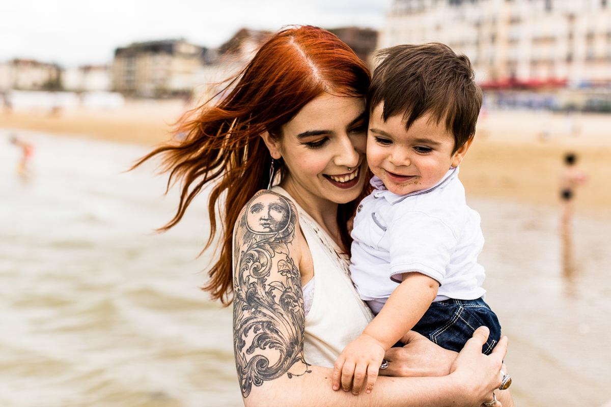 femme et enfant sur la plage de cabourg
