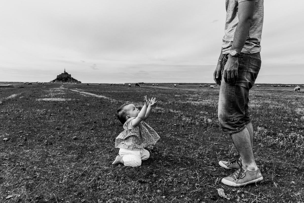 enfant qui tend les bras vers son papa