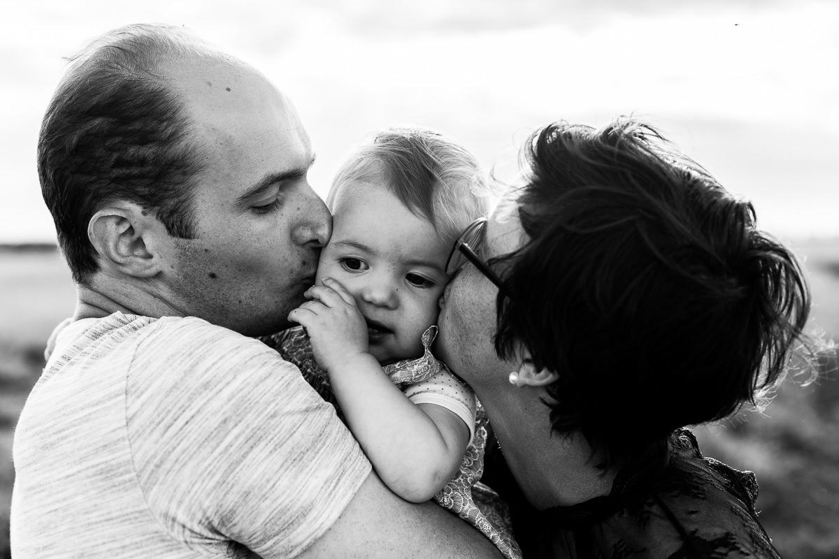 parents qui embrassent leur enfant photographe normandie
