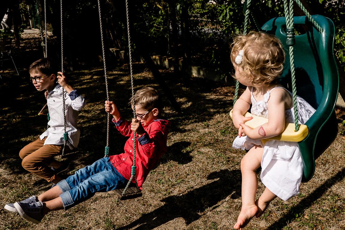 enfants qui font de la balançoire