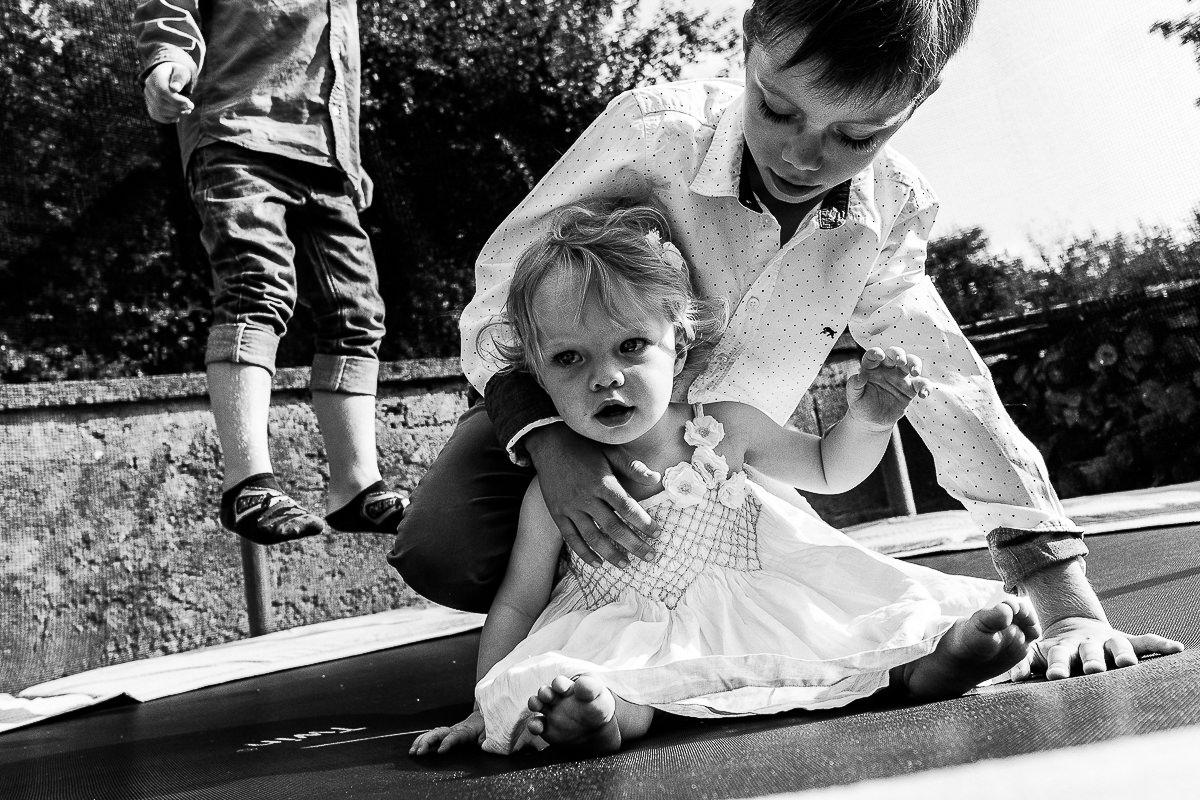 enfants dans un trampoline reportage quotidien