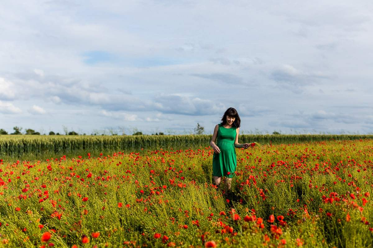 femme enceinte dans champs coquelicots