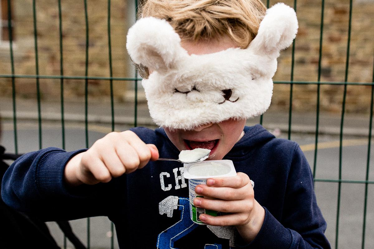audrey guyon, photographe spécialisée dans le handicap, manger les yeux bandés