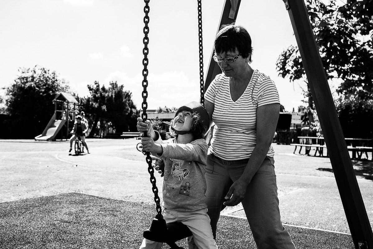 petite fille handicapée à la balançoire, photographe spécialisée dans le handicap en normandie