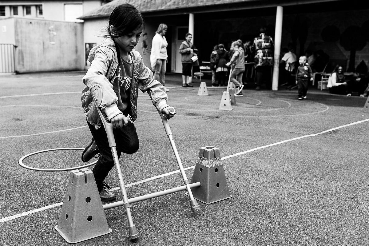 parcours avec des béquilles, photographe spécialisée dans le handicap