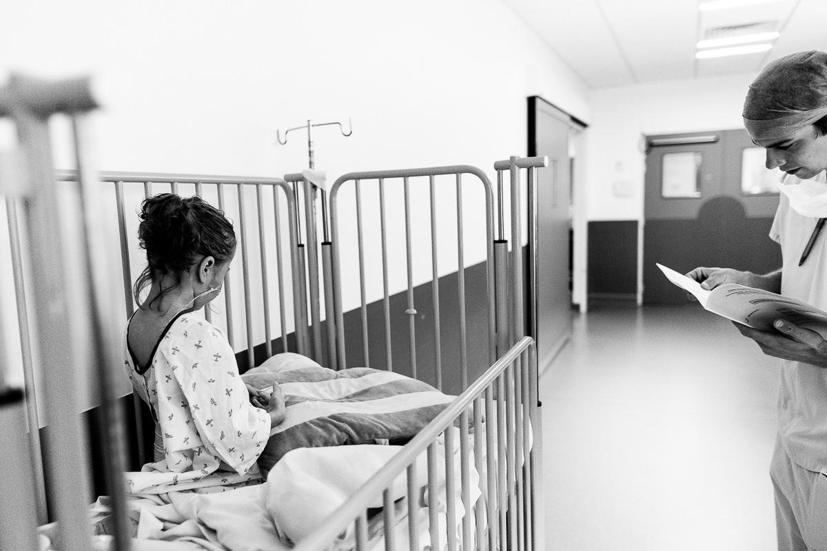 petite fille devant le bloc opératoire