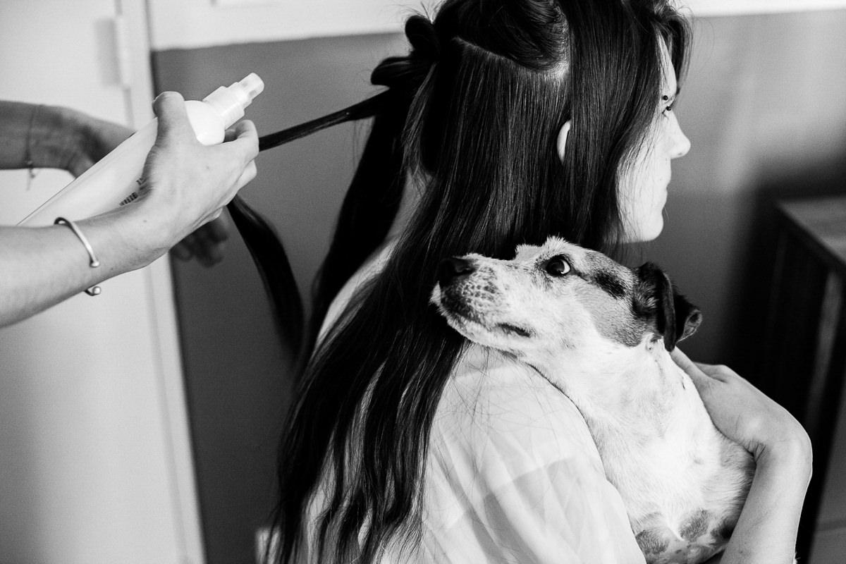 mariée qui se prépare avec son chien