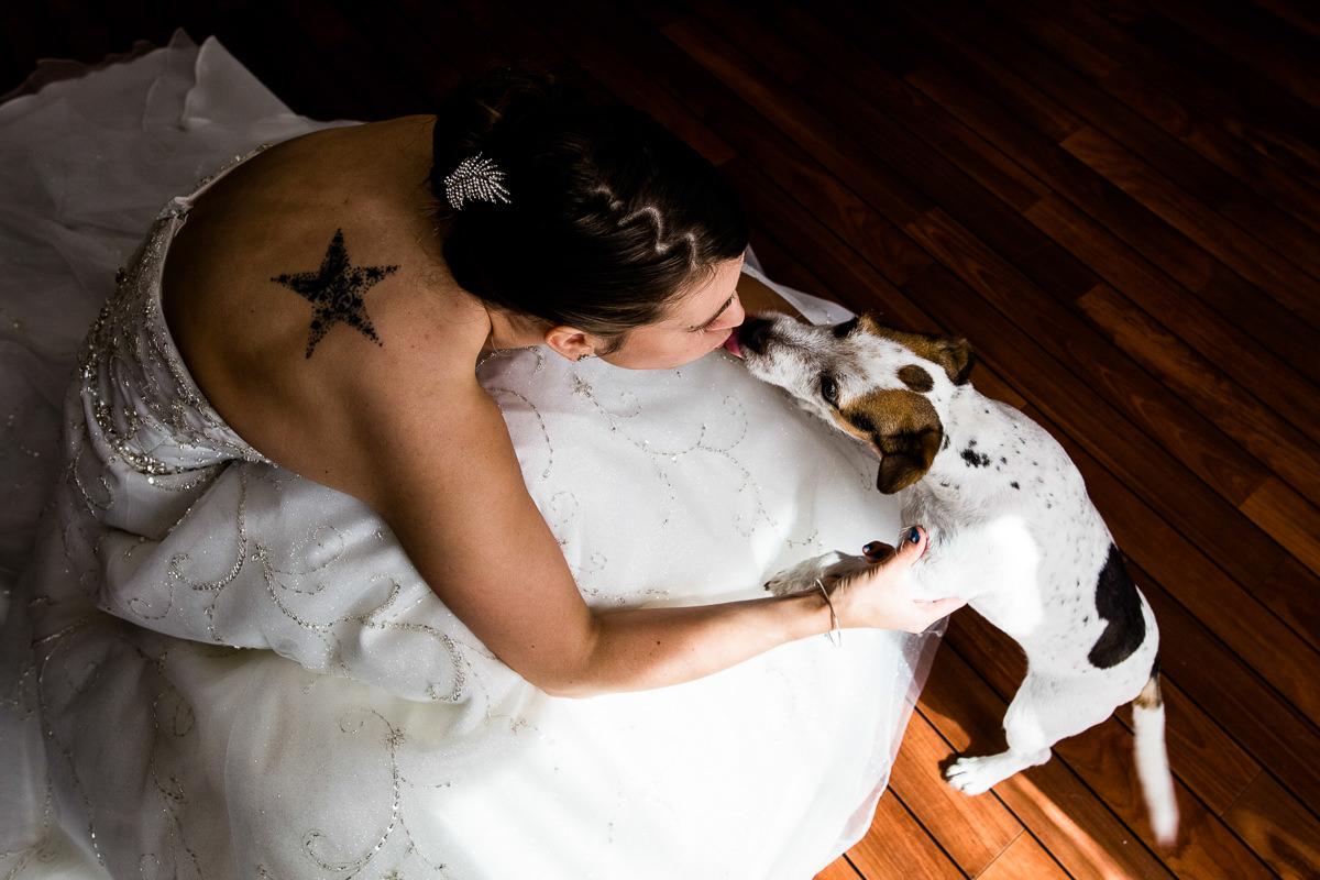 mariée qui embrasse son chien