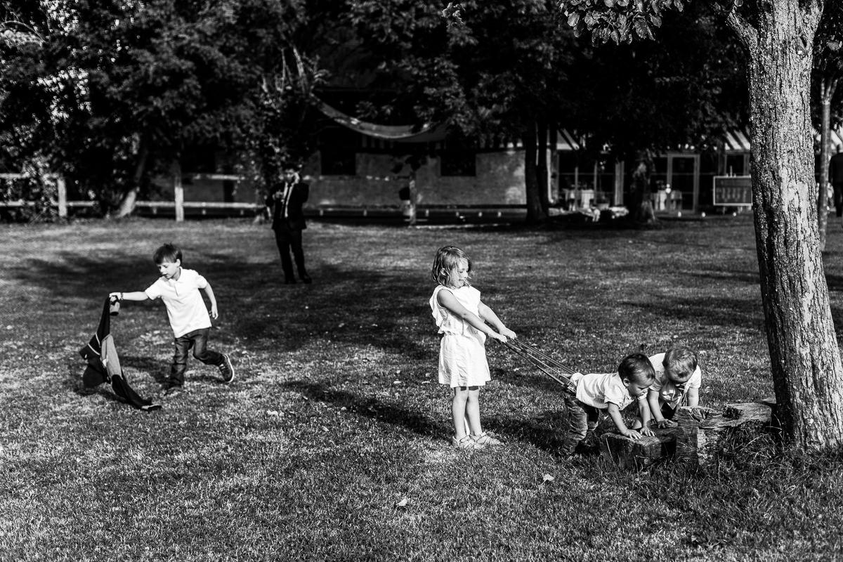 enfants qui jouent au vin d'honneur champ delaunay