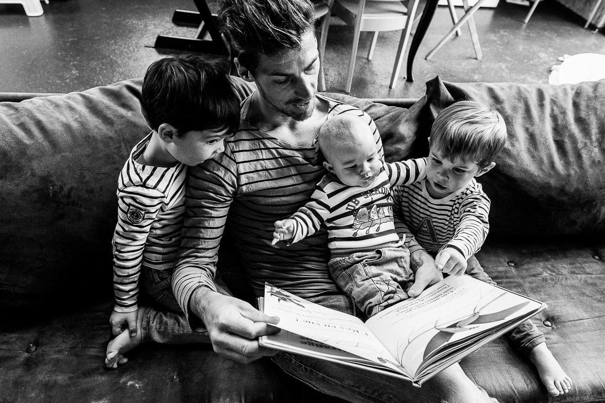photographe famille normandie papa qui lit une histoire à ses enfants