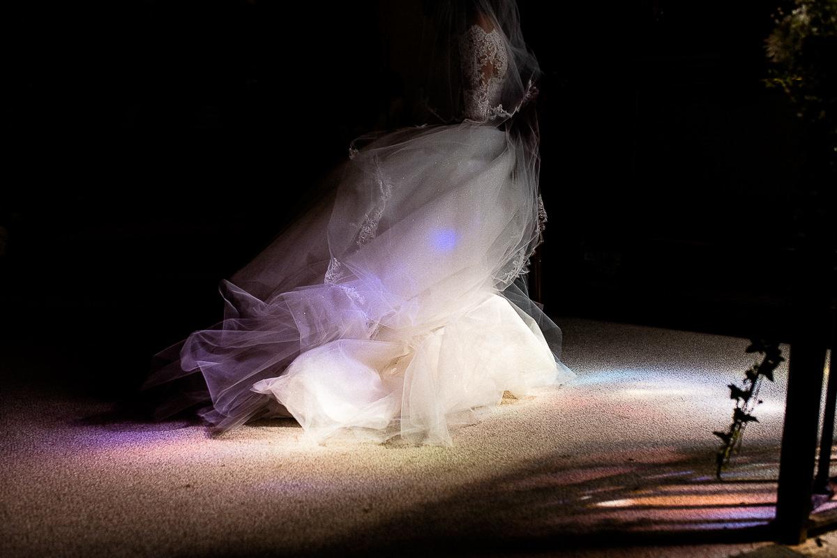 reflets dans la robe de mariée à l'église