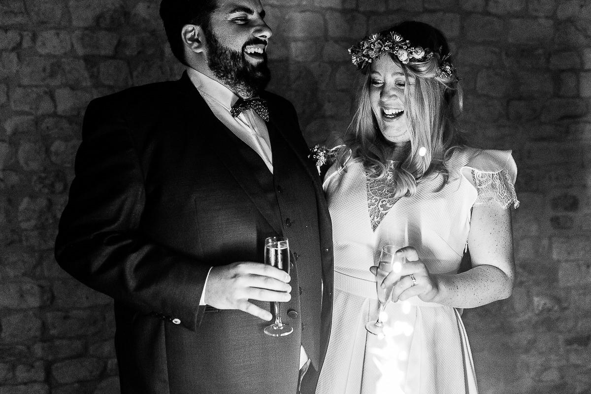 mariés qui trinquent pendant leur soirée de mariage