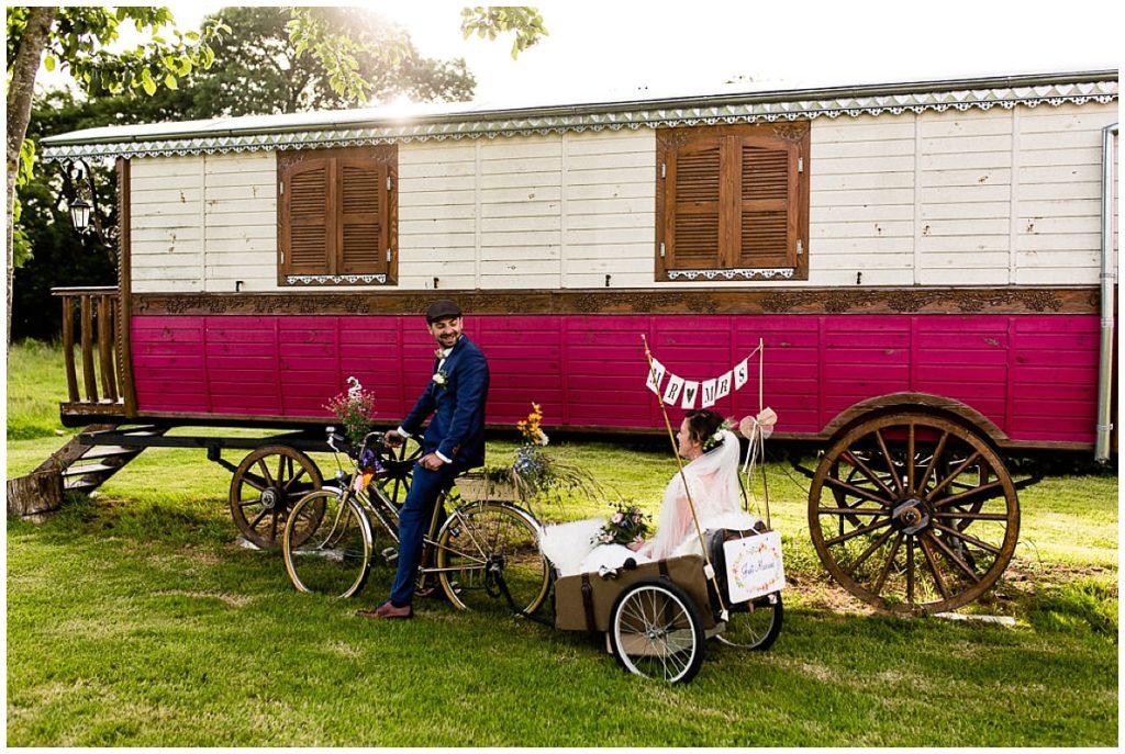 couple de mariés devant la roulotte du champ delaunay