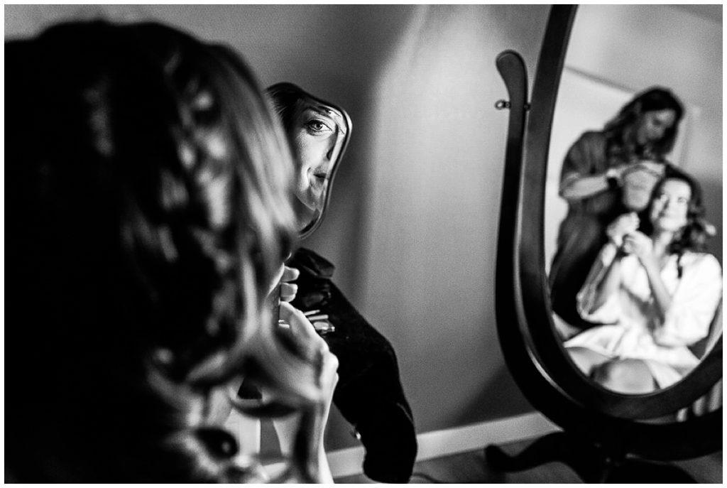mariée qui se regarde dans le miroir