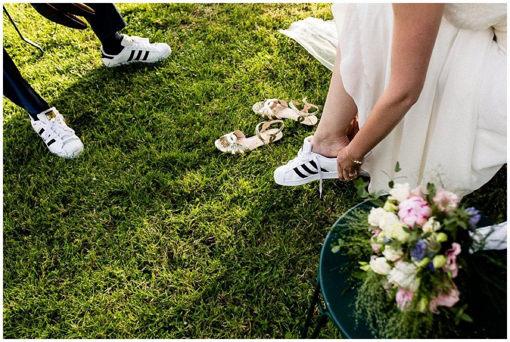 mariés qui changent de chaussures