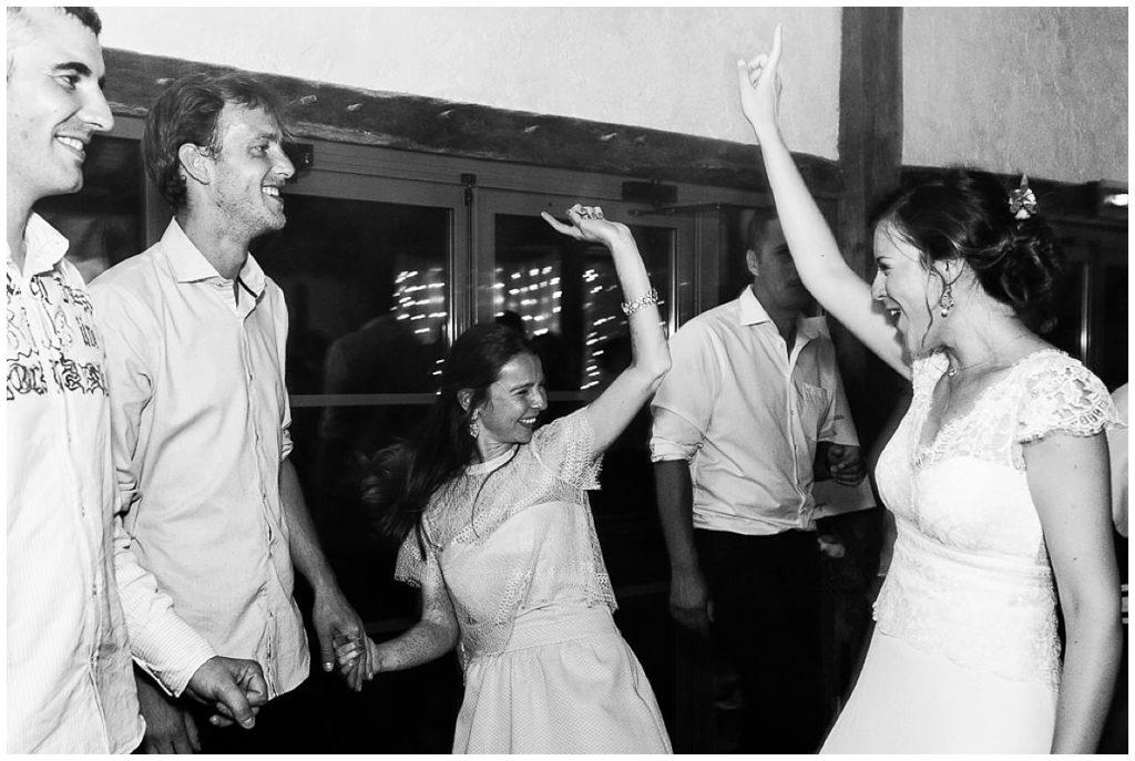 mariée et invités qui dansent
