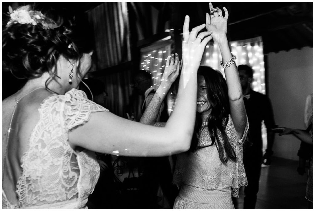 mariée et sa témoin qui dansent