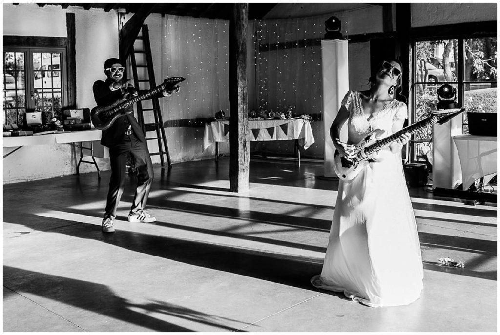 mariés qui font du air guitar