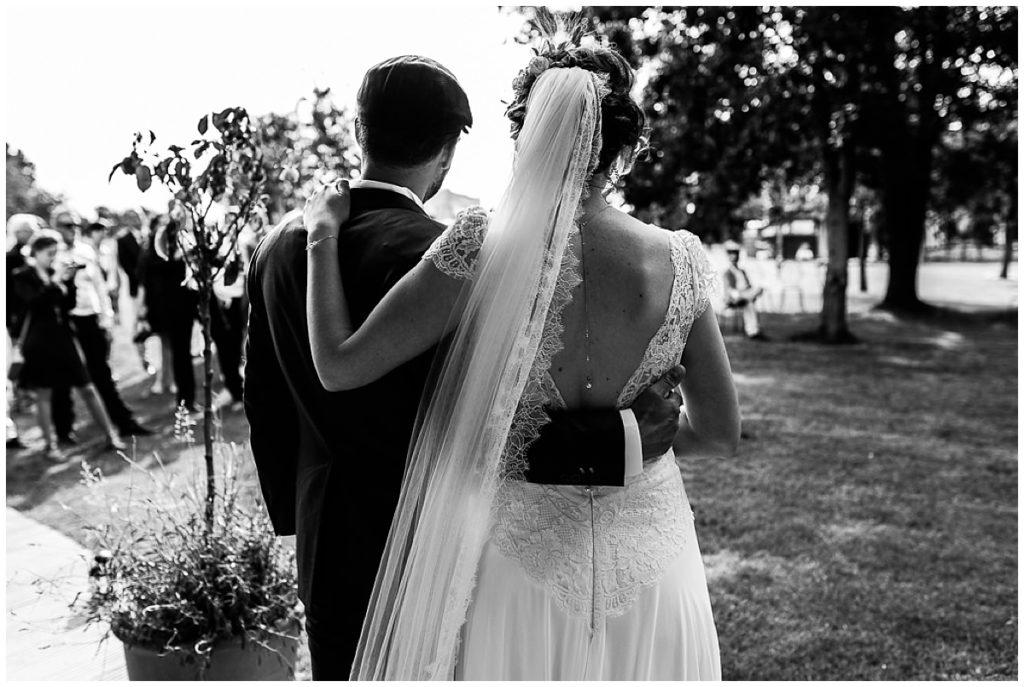 mariés qui s'enlacent