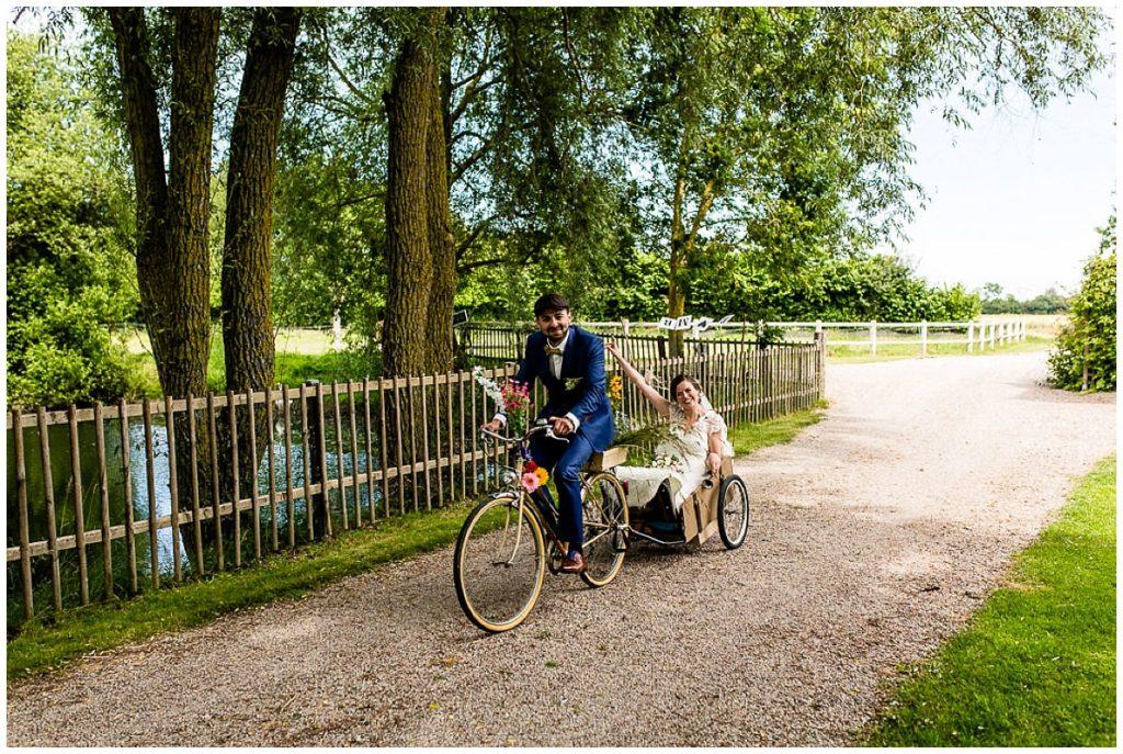 arrivée des mariés à vélo