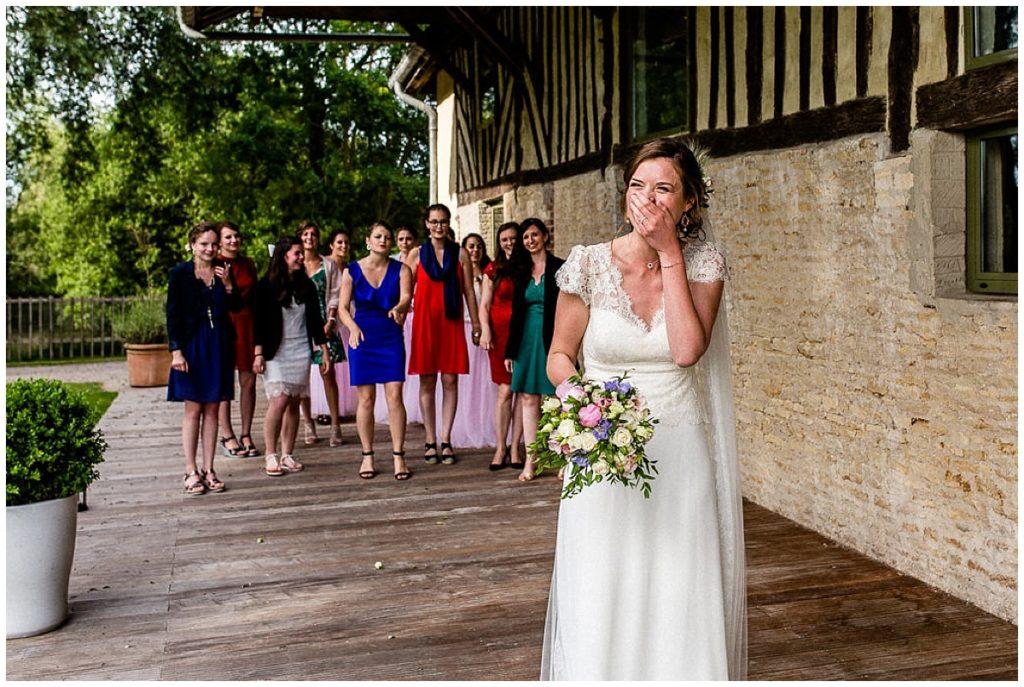 mariée qui rigole en lançant son bouquet