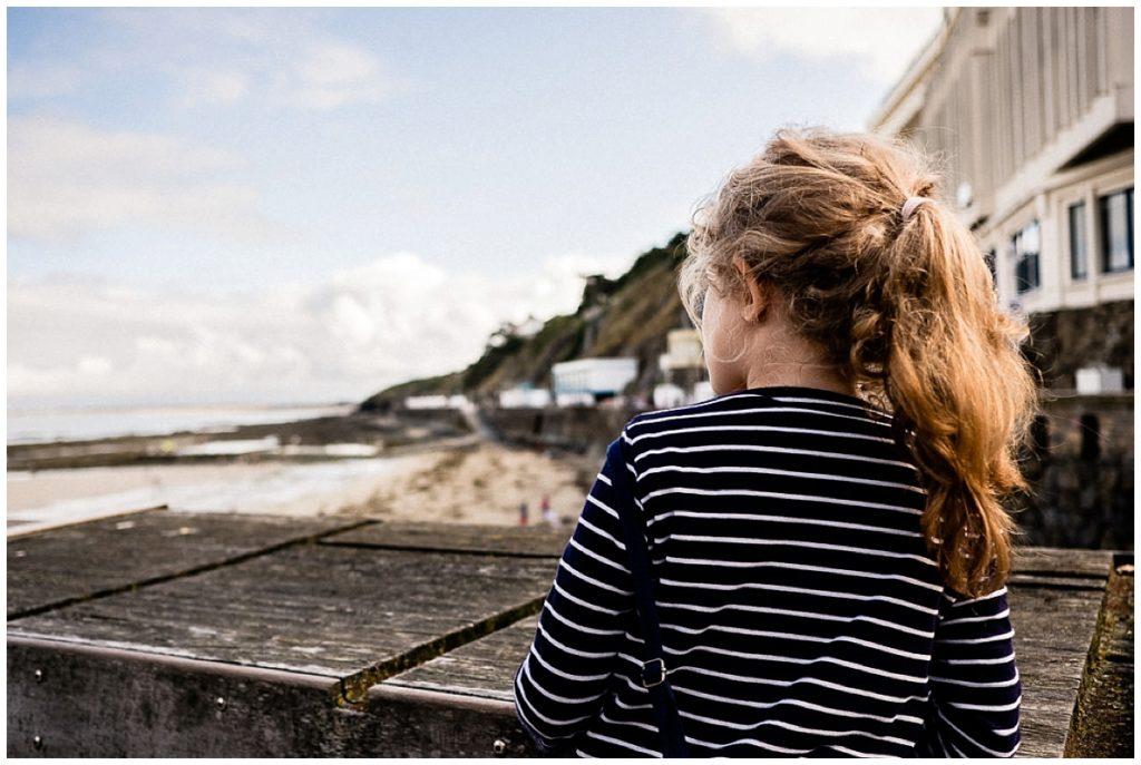 petite fille qui regarde vers la mer