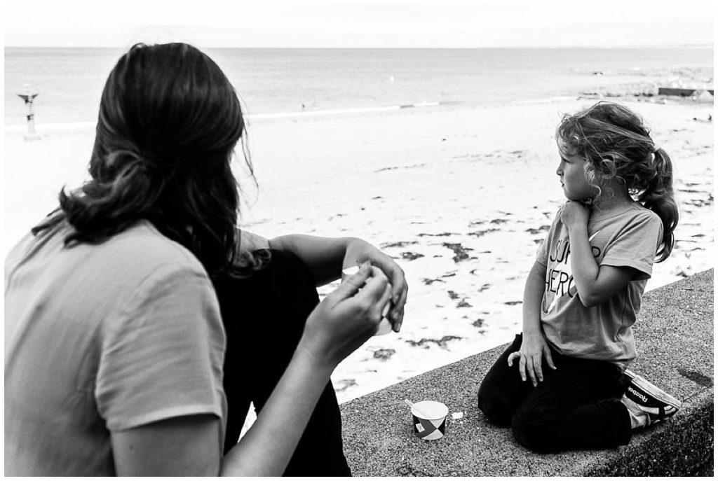 mere et fille qui regardent la mer