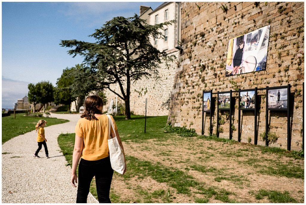 petite fille et sa maman qui regardent une expo photo
