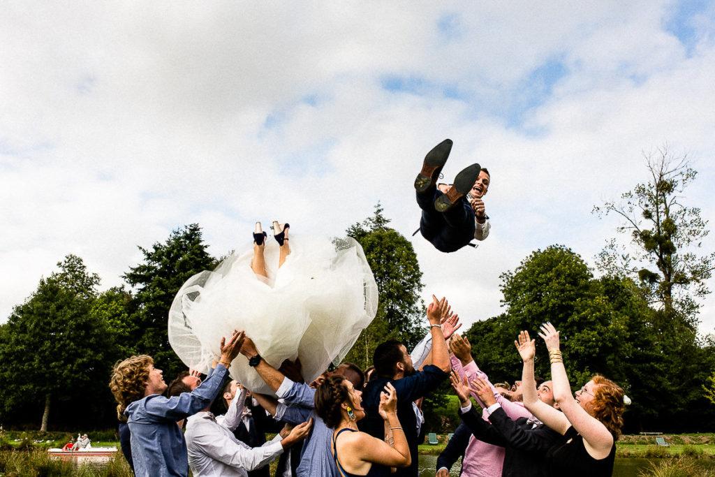 mariés jetés dans les airs