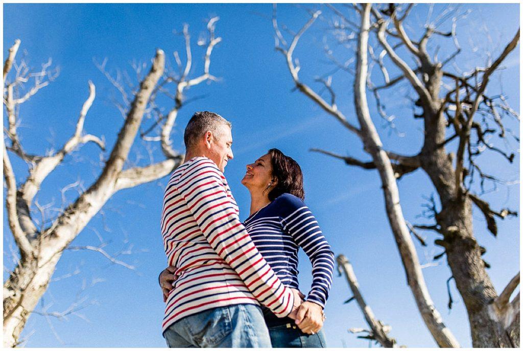 couple enlacé entre deux arbres
