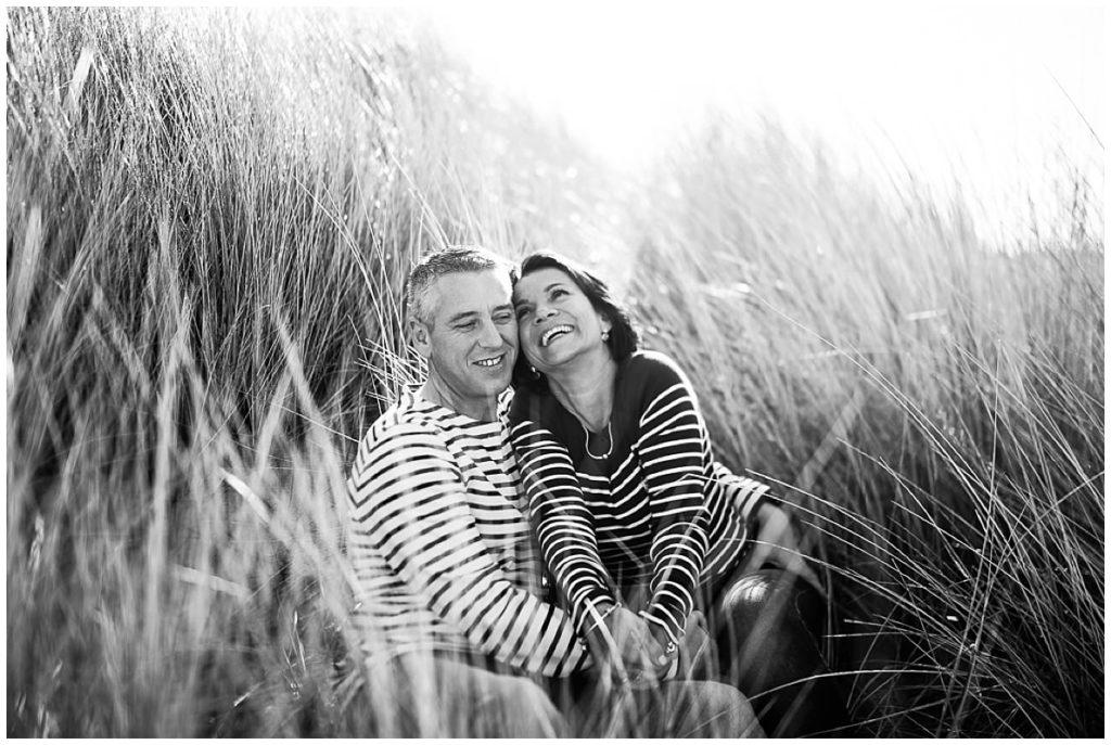 couple qui rit dans la baie du mont saint michel
