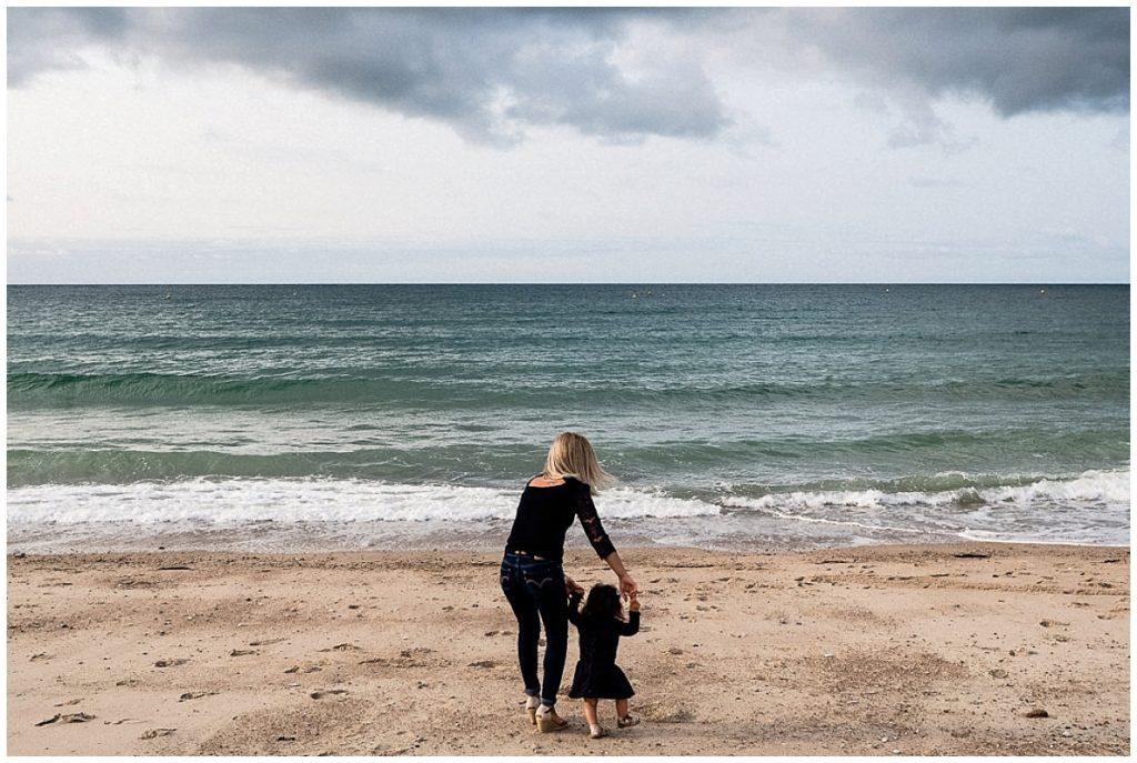 petite fille et sa maman devant la mer
