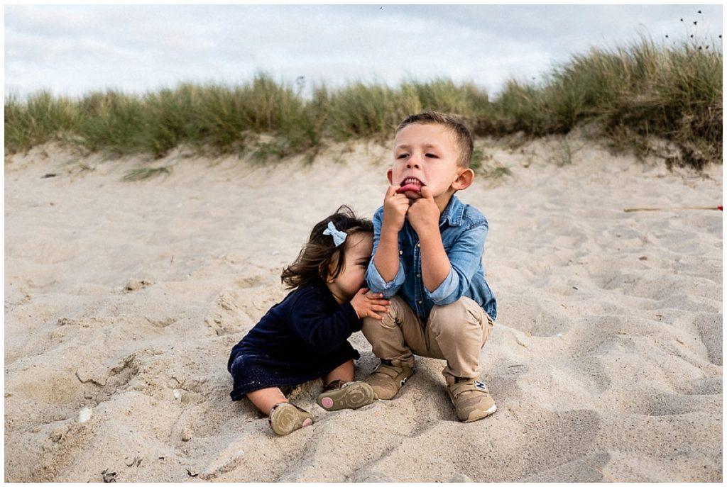 câlin frère soeur sur la plage